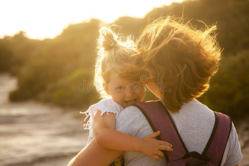 Portrait d'une fille caucasienne de 3 ans avec les cheveux blonds qui montrent sa langue par espièglerie photographie stock