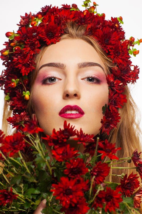 Portrait d'une fille couverte en fleurs sauvages images stock