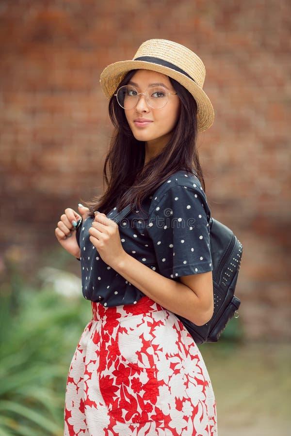 Portrait d'une fille d'étudiant universitaire de métis au campus dehors image libre de droits