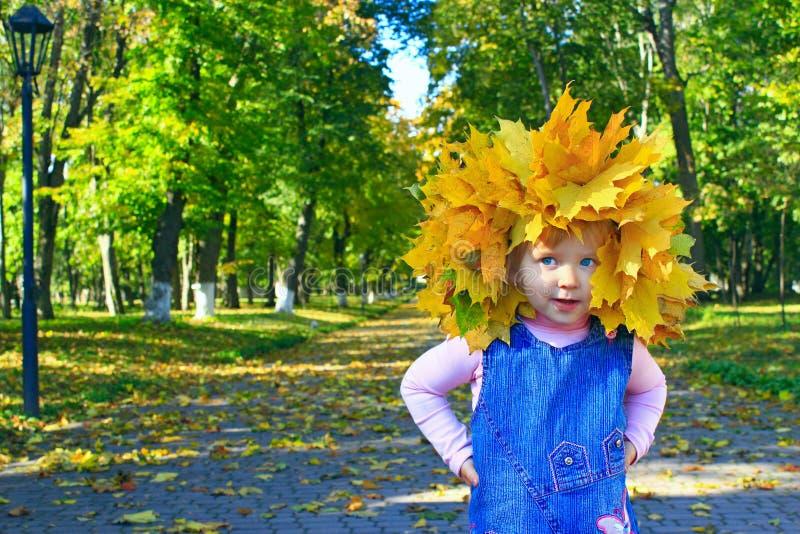 Portrait d'une fille dans une guirlande des feuilles jaunes images stock