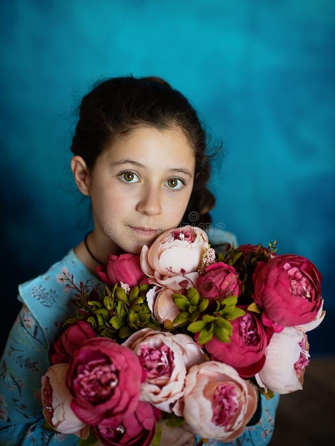 Portrait d'une fille dans le studio avec des fleurs images libres de droits