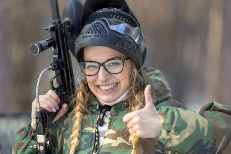 Portrait d'une fille dans un paintball photo libre de droits
