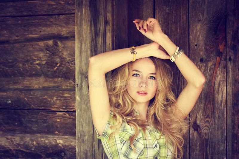 Portrait d'une fille de hippie de mode de beauté photos libres de droits