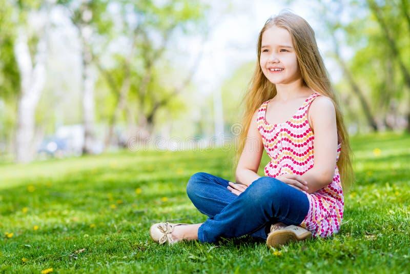 Portrait d'une fille de sourire en parc images libres de droits