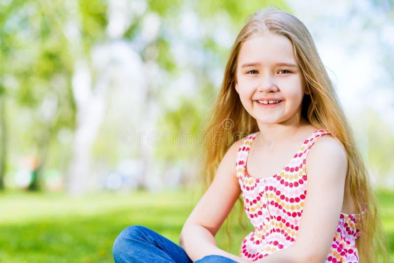 Portrait d'une fille de sourire en parc image stock