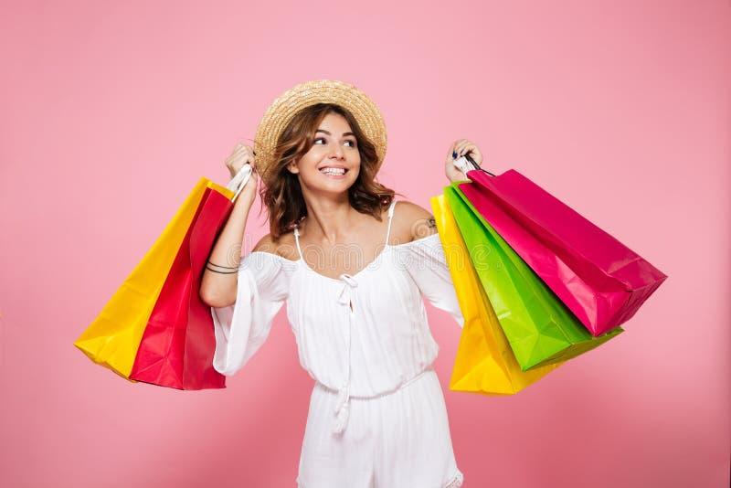 Portrait d'une fille de sourire joyeuse tenant les paniers colorés images stock