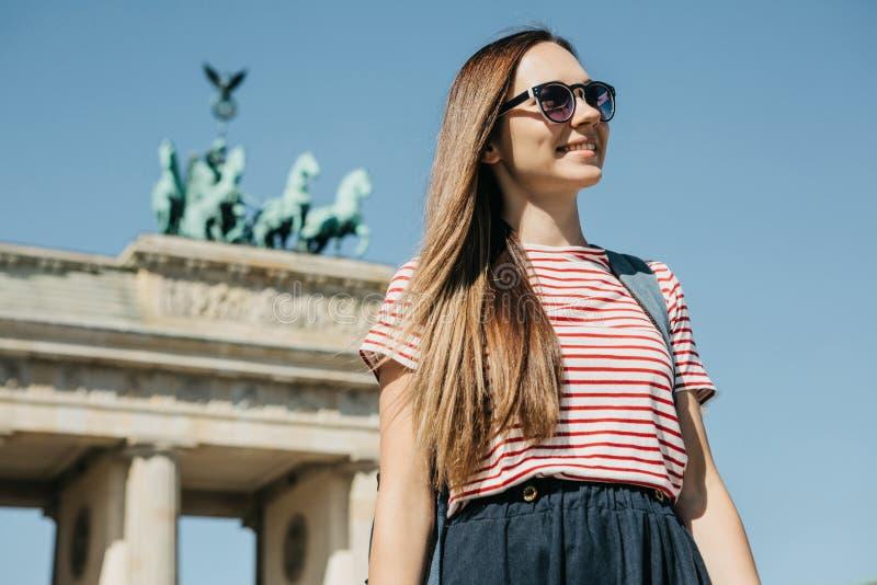 Portrait d'une fille de touristes élégante de sourire de jeune beau positif photographie stock libre de droits