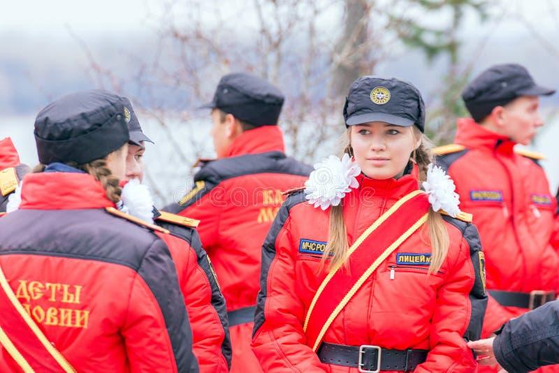 Portrait d'une fille des corps de cadet de la Mordovie EMERCOM de la Russie Texte dans le Russe : EMERCOM de salle de conférence  image stock