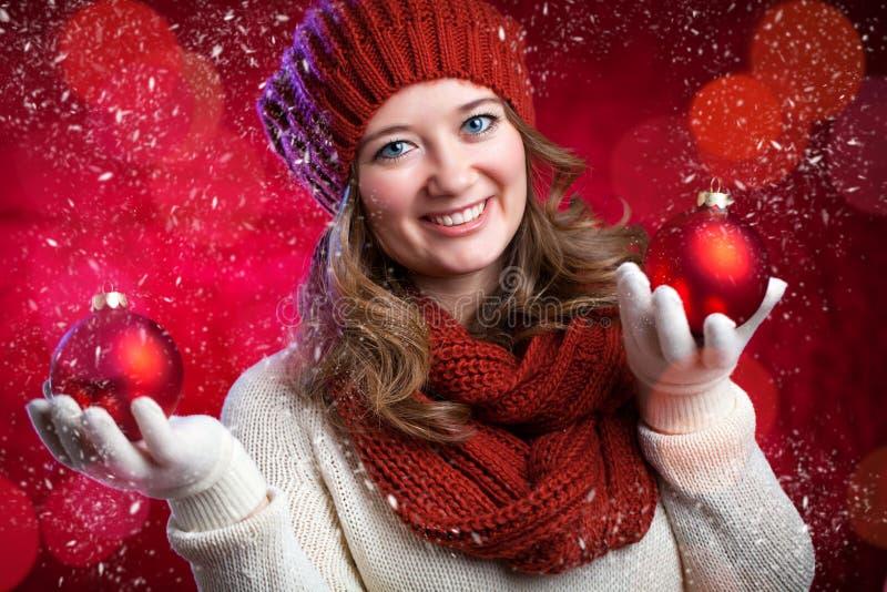 Portrait d'une fille douce avec Noël rouge d'écharpe, plan rapproché images stock