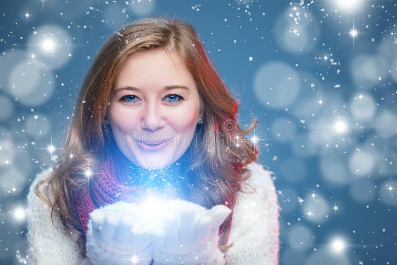 Portrait d'une fille douce avec Noël rouge d'écharpe, plan rapproché photos stock
