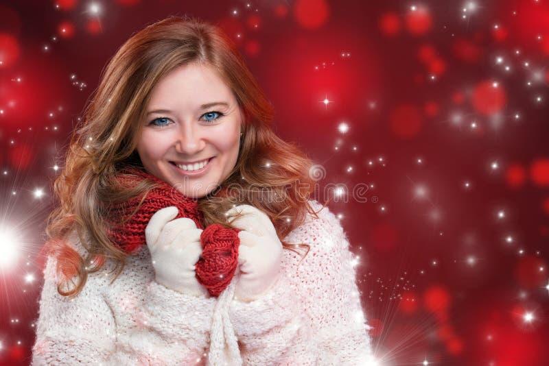 Portrait d'une fille douce avec Noël rouge d'écharpe, plan rapproché photo stock