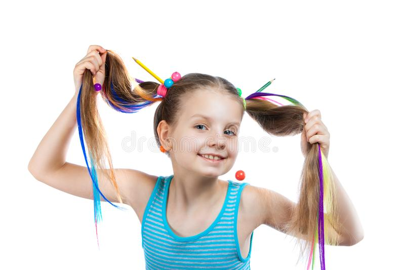 Portrait d'une fille drôle avec les mèches colorées dans ses cheveux Les crayons colorés, perles, ont coloré des mèches des cheve image stock