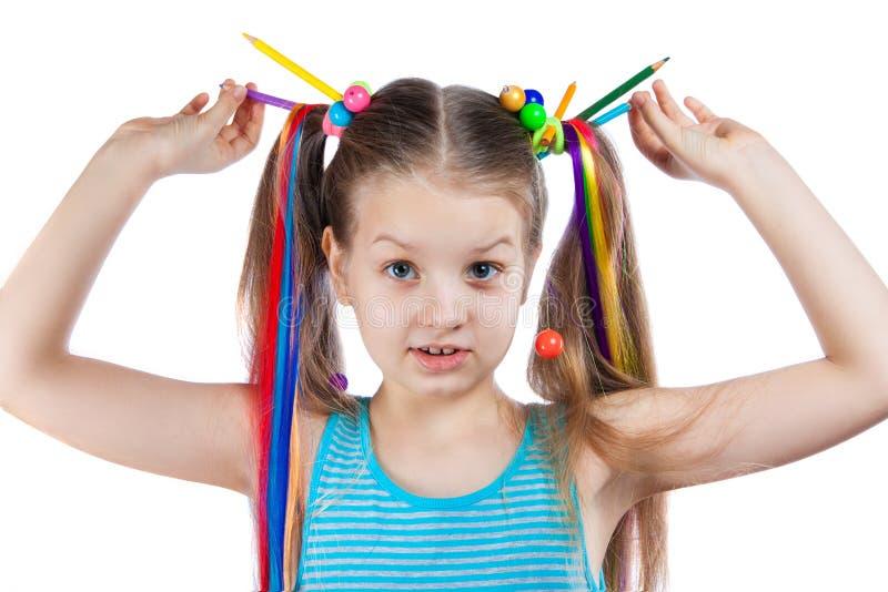 Portrait d'une fille drôle avec les mèches colorées dans ses cheveux Les crayons colorés, perles, ont coloré des mèches des cheve photo stock