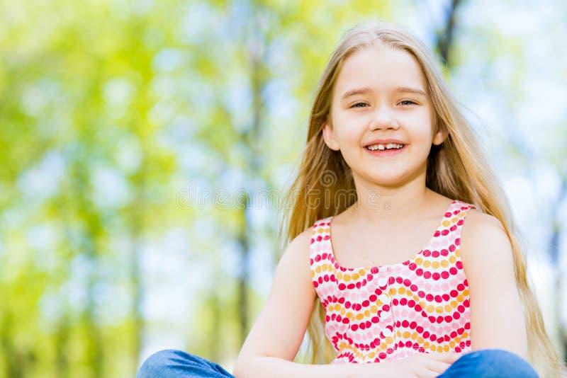Portrait d'une fille en parc photographie stock