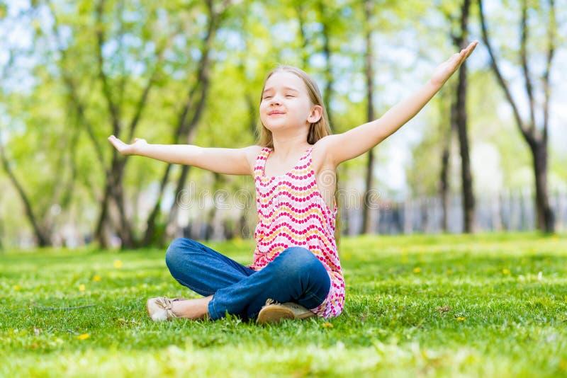 Portrait d'une fille en parc photographie stock libre de droits