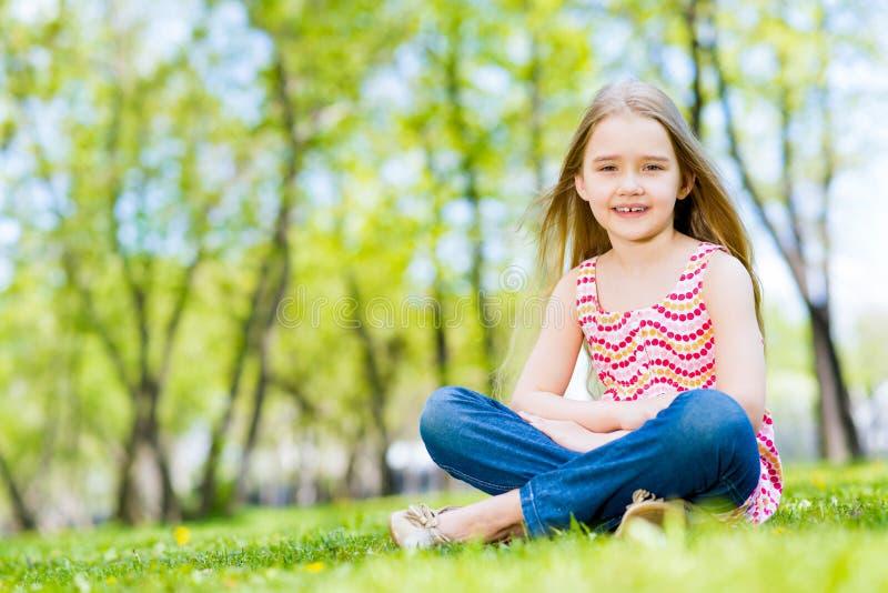 Portrait d'une fille en parc images libres de droits