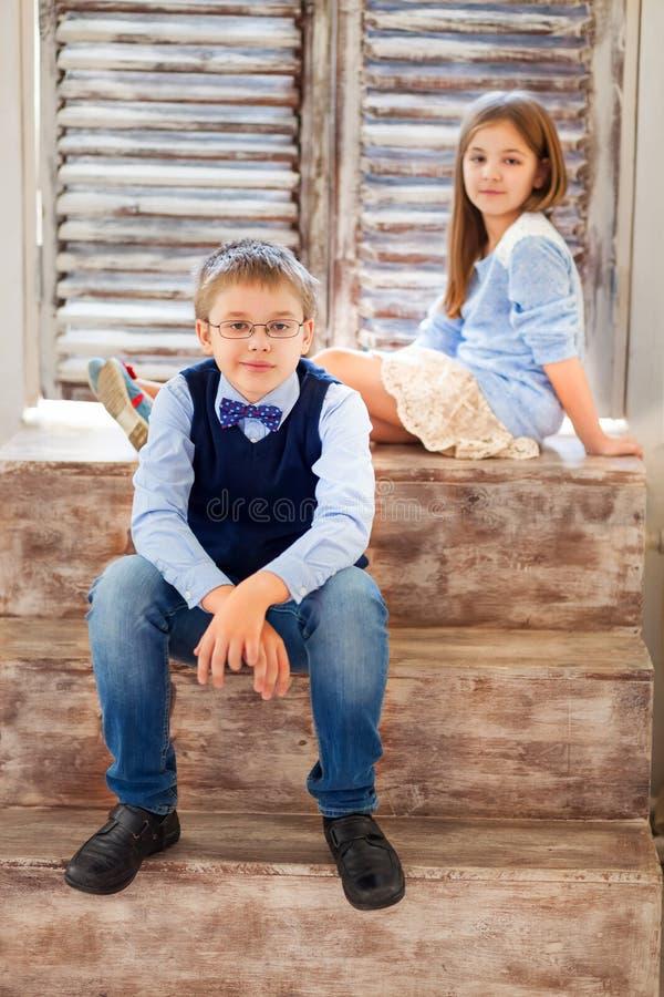 Portrait d'une fille heureuse et d'un garçon de sourire photographie stock