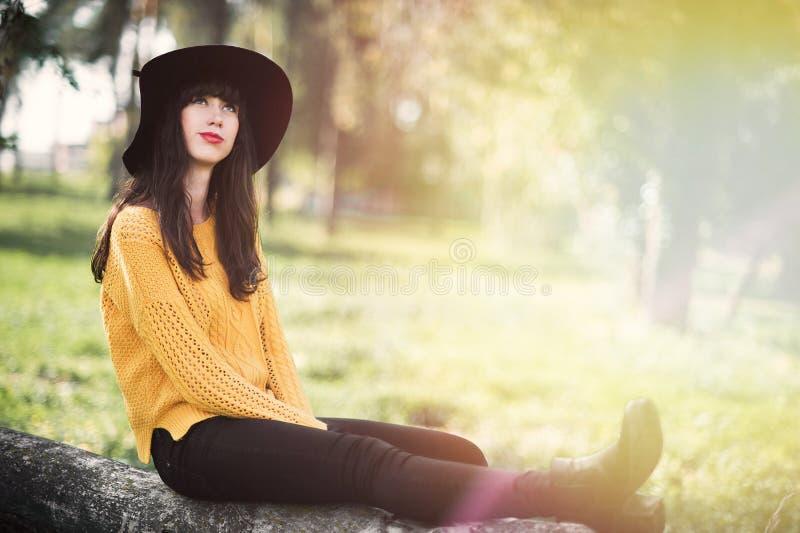 Portrait d'une fille heureuse et souriante de brunnete photographie stock libre de droits