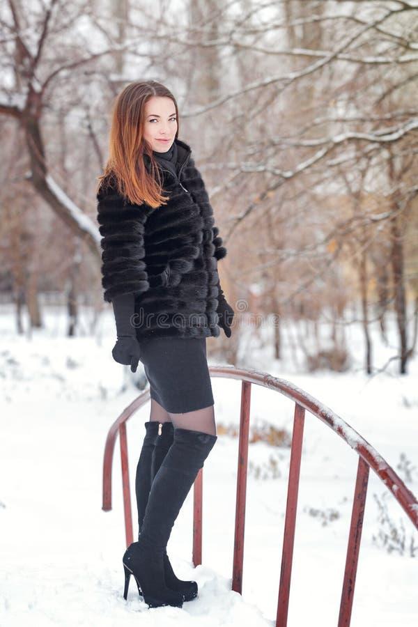 Portrait d'une fille mignonne dans le manteau de fourrure photographie stock libre de droits