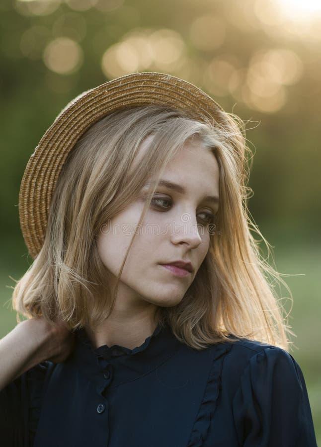 Portrait d'une fille mignonne dans un chapeau de paille images libres de droits