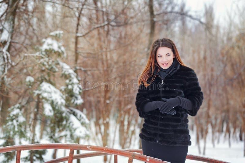 Portrait d'une fille mignonne utilisant un manteau de fourrure photos libres de droits