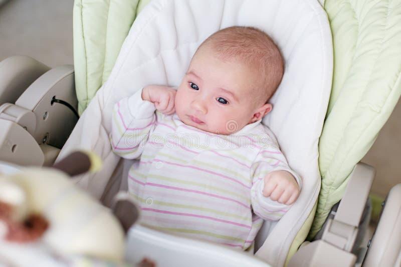 Portrait d'une fille nouveau-née dans un highchair photos libres de droits