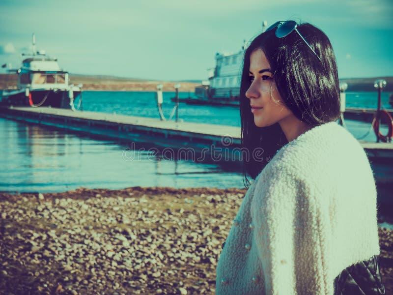 Portrait d'une fille pendant l'été sur le pilier des bateaux images libres de droits