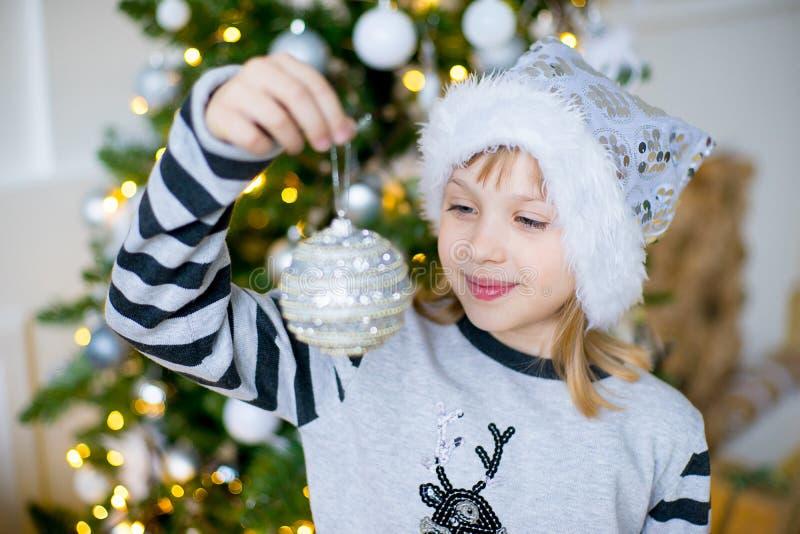 Portrait d'une fille près de l'arbre de Noël photos stock