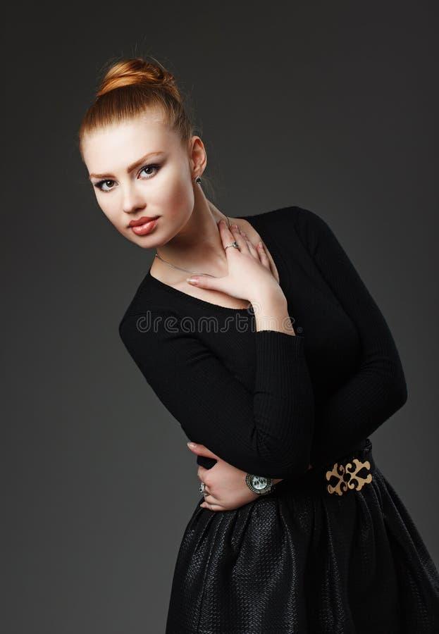Portrait d'une fille rousse sexy adorable avec les lèvres dodues bea photo stock