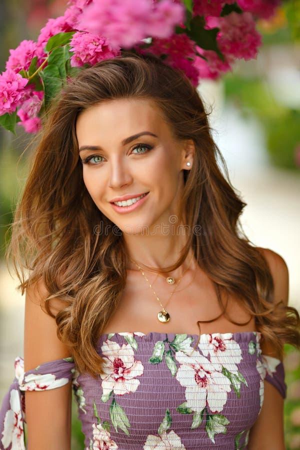 Portrait d'une fille sensuelle et sexy très belle dans un long dre images stock