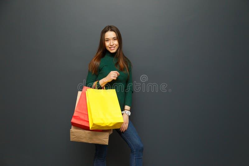 Portrait d'une fille shopaholic avec des achats image stock