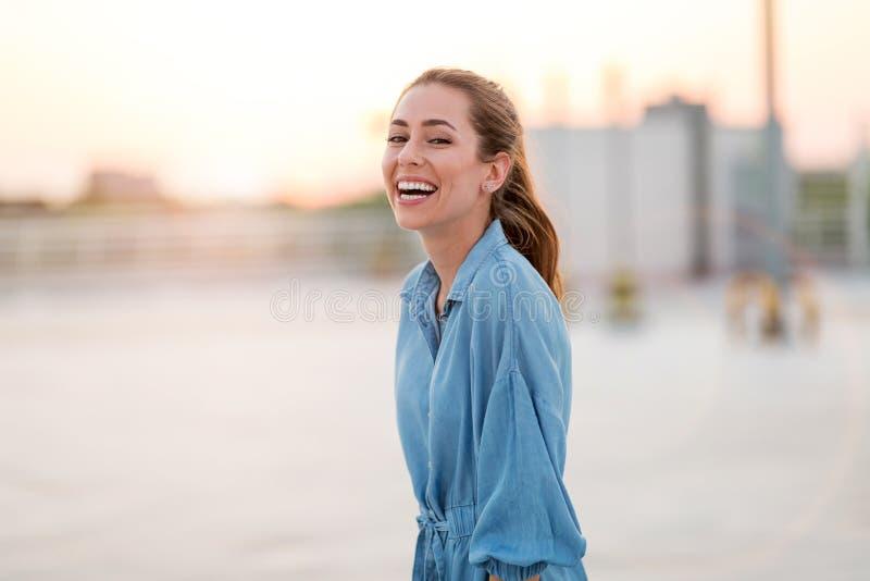 Portrait d'une fille sur un dessus de toit appréciant le coucher du soleil photo libre de droits