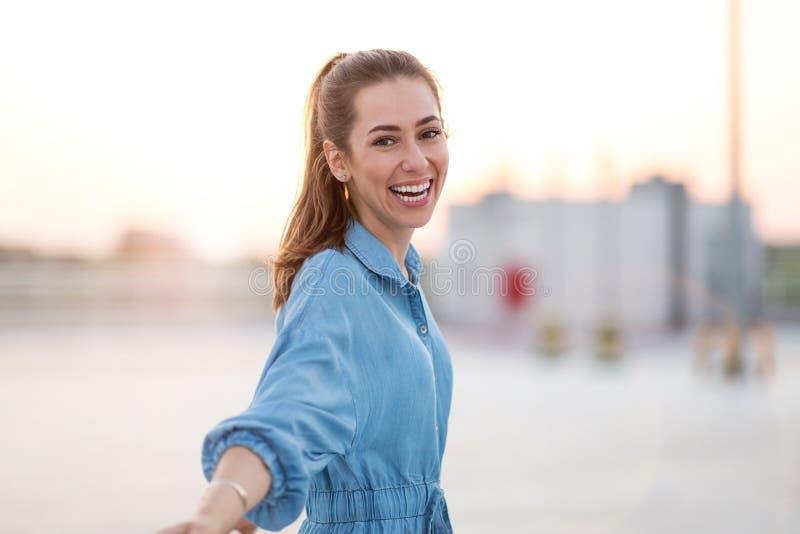 Portrait d'une fille sur un dessus de toit appréciant le coucher du soleil image libre de droits