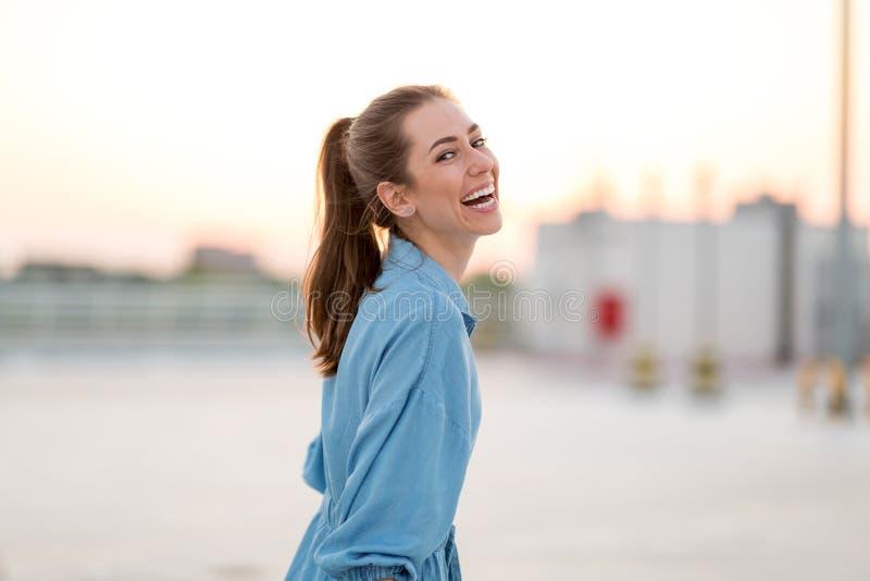 Portrait d'une fille sur un dessus de toit appréciant le coucher du soleil photos stock