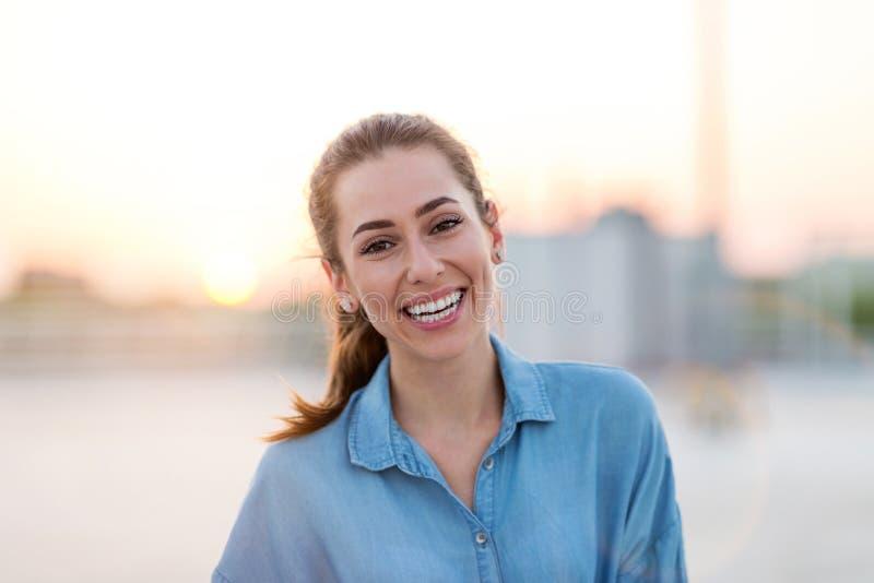 Portrait d'une fille sur un dessus de toit appréciant le coucher du soleil photos libres de droits