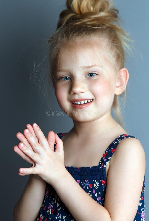 Portrait d'une fille timide sur un fond gris qui ressemble à une ballerine images stock
