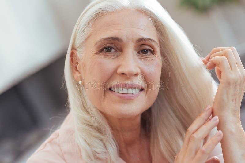 Portrait d'une gentille femme âgée vous regardant images libres de droits