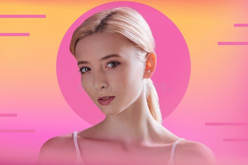 Portrait d'une gentille femme blonde attirante photographie stock libre de droits