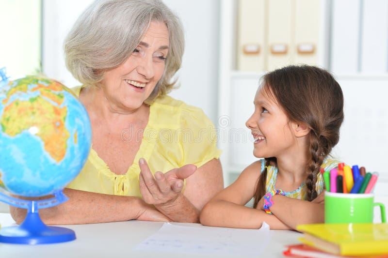 Portrait d'une grand-mère et d'une petite-fille qui étudient ensemble photo libre de droits