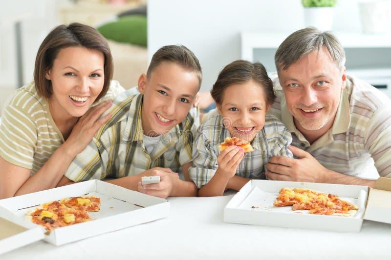 Portrait d'une grande famille heureuse mangeant de la pizza image stock