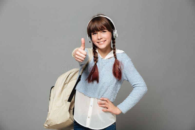 Portrait d'une jeune écolière gaie avec le sac à dos images libres de droits