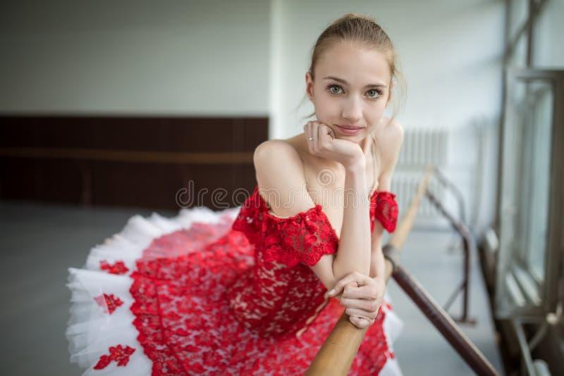 Portrait d'une jeune ballerine avec un beau sourire Le modèle photo stock