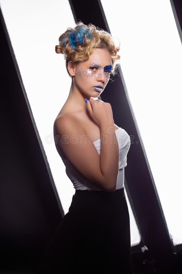 Portrait d'une jeune belle blonde image libre de droits