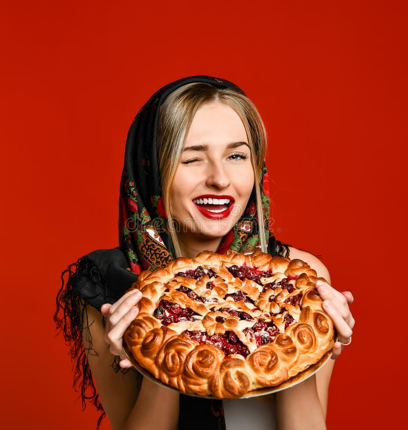 Portrait d'une jeune belle blonde dans le foulard tenant un tarte fait maison délicieux de baie photos libres de droits