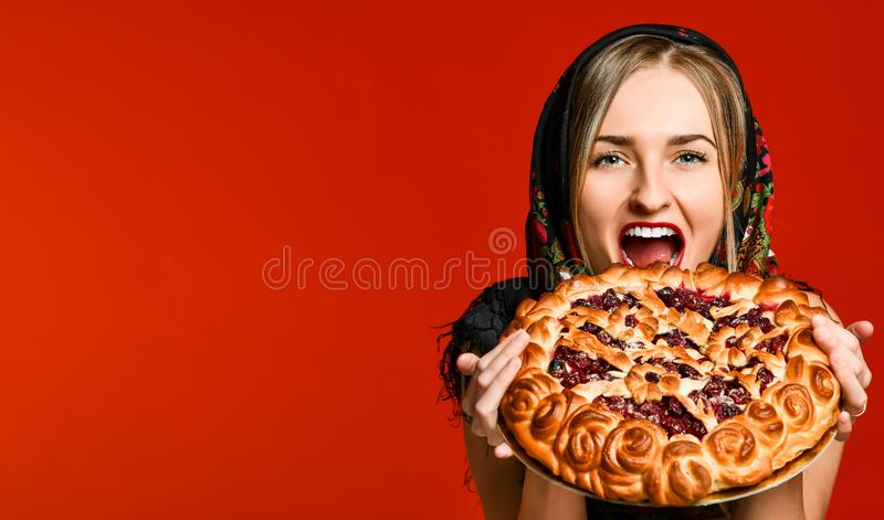 Portrait d'une jeune belle blonde tenant une tarte aux cerises faite maison délicieuse image stock