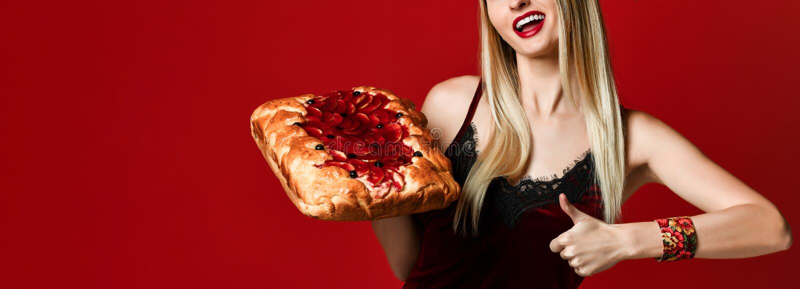 Portrait d'une jeune belle blonde tenant une tarte aux cerises faite maison délicieuse photos libres de droits