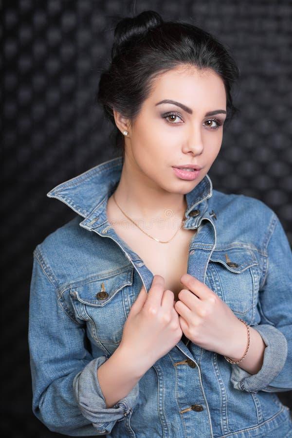 Portrait d'une jeune belle femme images libres de droits