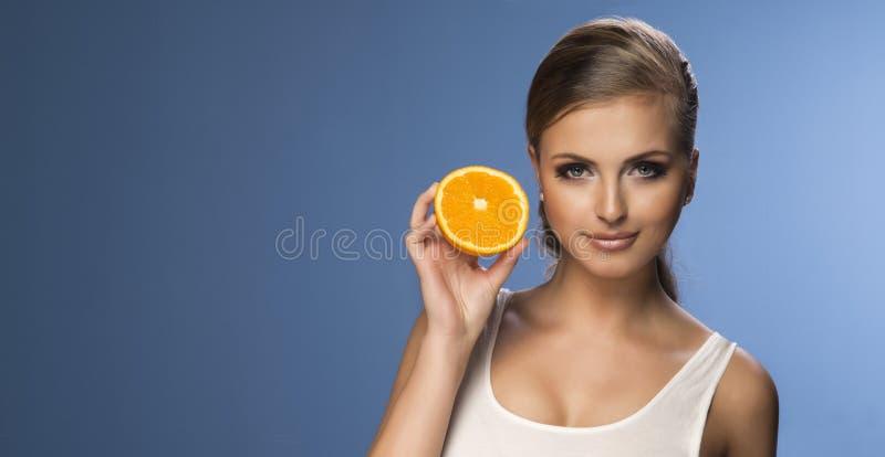 Portrait d'une jeune belle femme photographie stock libre de droits