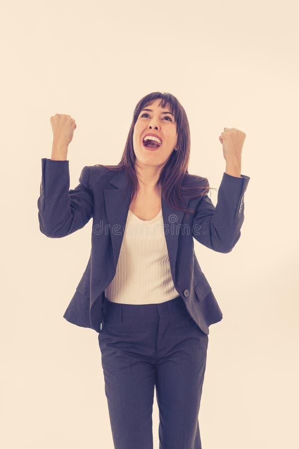Portrait d'une jeune belle femme d'affaires avec des bras vers le haut de la célébration D'isolement sur le fond blanc photo libre de droits