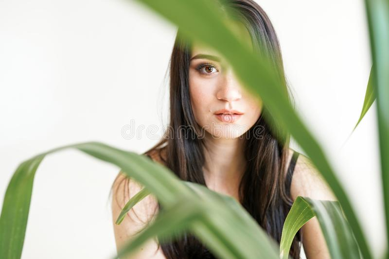 Portrait d'une jeune belle femme avec la verdure photo de mode d'?t? Concept de soins de la peau, station thermale de beauté, bio photos stock